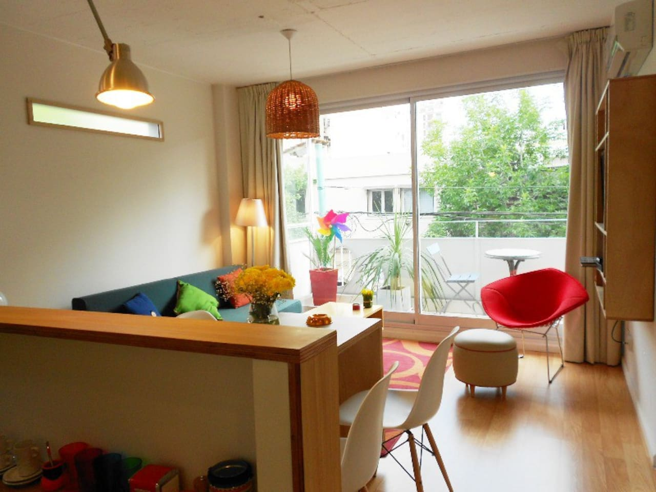Living comedor con un agradable balcón en un 2° piso. Te esperamos!!