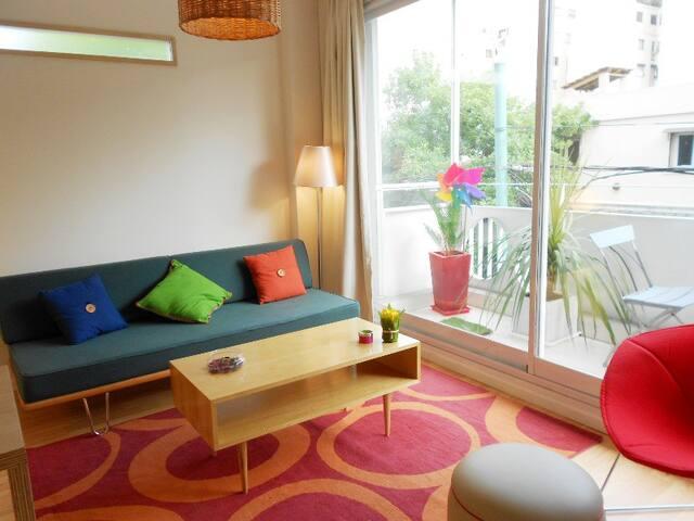 Living luminoso con vista a la calle. El sofá cama es muy cómodo y fácil de usar.