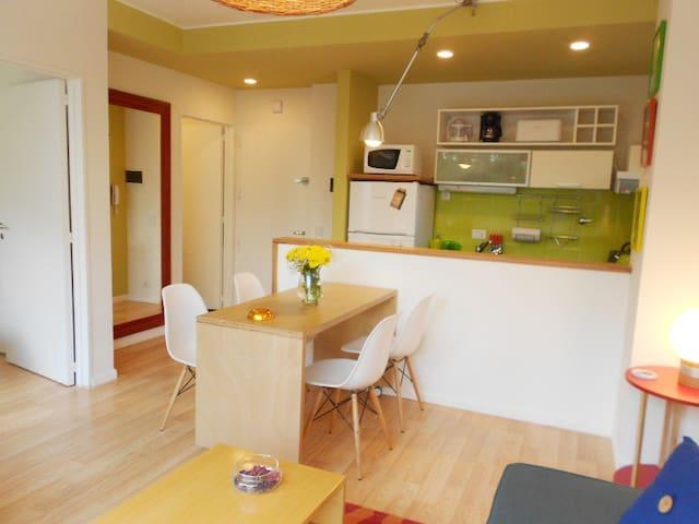 El comedor separado de la cocina por una barra.
