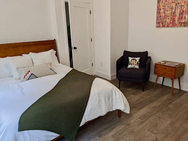 Private + Comfortable BR in Heart of Downtown