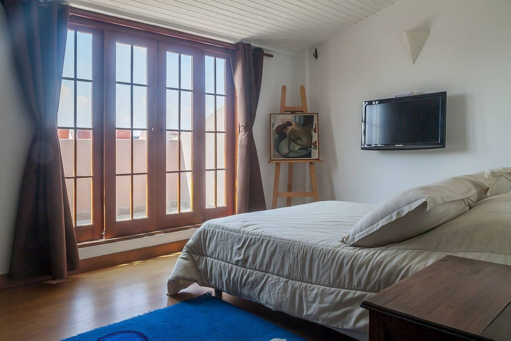 Room with double bed and access to the terrace