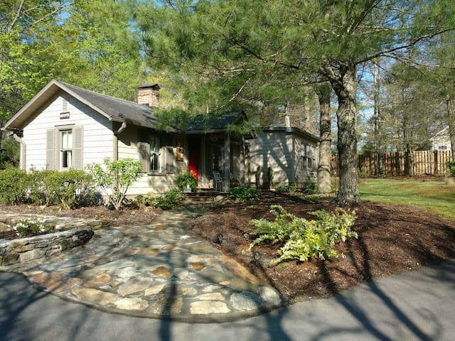 Ideal Cottage for 2 w/ Lovely Pool - Hendersonville - House