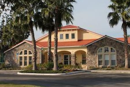 Luxury 4 BR Gated Villa 5 Miles to Disney WiFi - オーランド