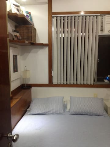 2 rooms, one block from the beach