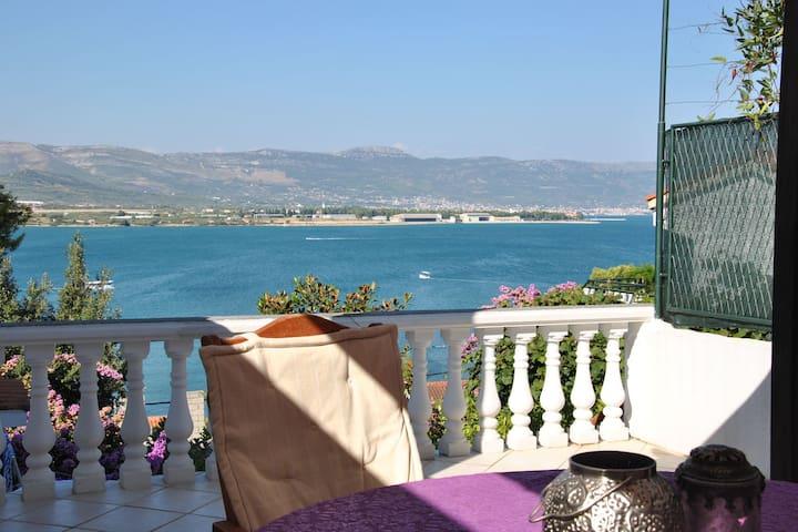 Ferienhaus mit Terrassen mit Meerblick, nur wenige Minuten vom Strand entfernt
