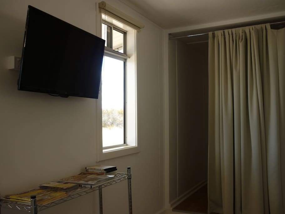 TV/DVD player. Single bed behind heavy curtain