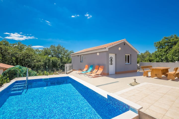 Lovely holiday house with pool