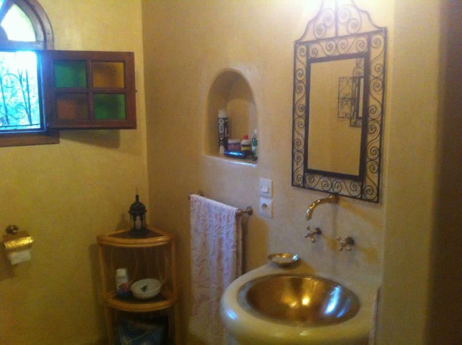 Les trois salles de bain sont dans le style local