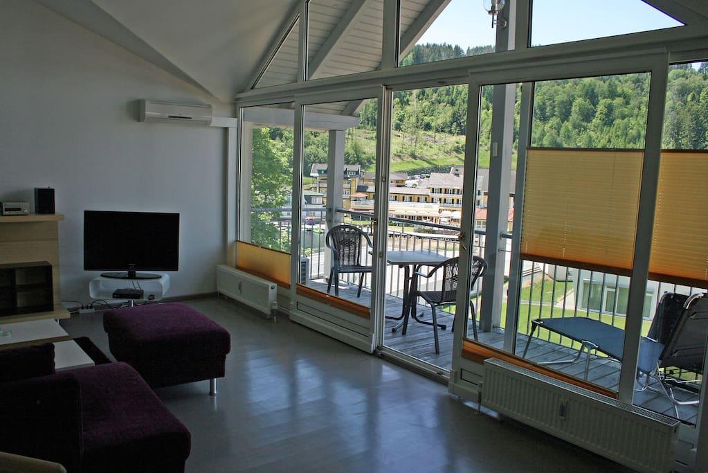 Sehr hell durch verglaste Balkonfront
