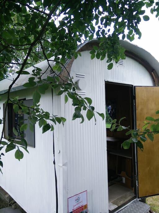 kleiner bauwagen neben zeltplatz wohnwagen zur miete in bischofsgr n bayern deutschland. Black Bedroom Furniture Sets. Home Design Ideas