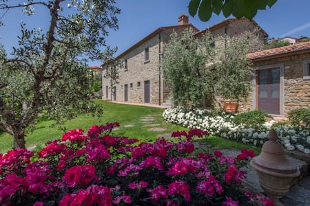 Villa in Cortona , large garden, pool with a view