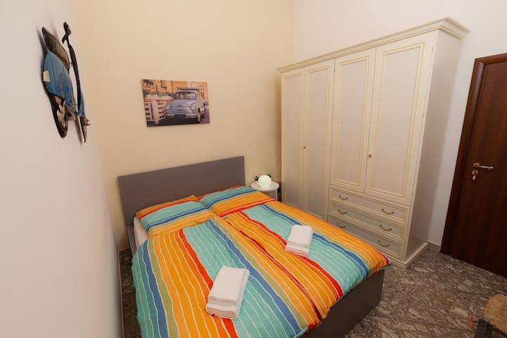 Schlafzimmer mit 140x200cm Bett, klein aber fein