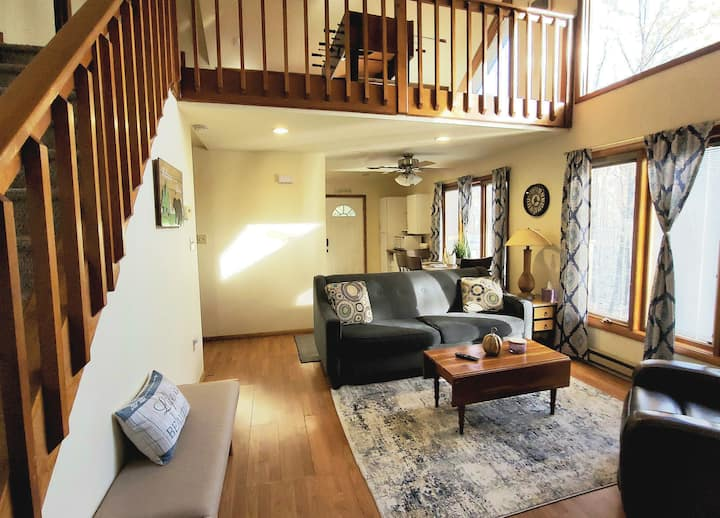 Lovely 2 Story Loft Nestled in the Poconos
