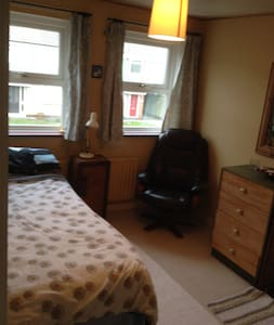 Clean quiet room in a central location - Darlington