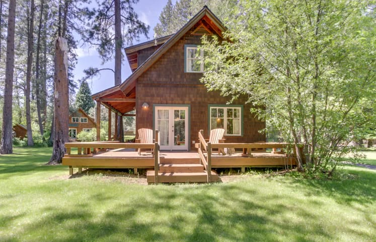 Private cabin (12) located in the beautiful Metolius River Resort only Steps Away from the Metolius River - fishing, BBQ and more