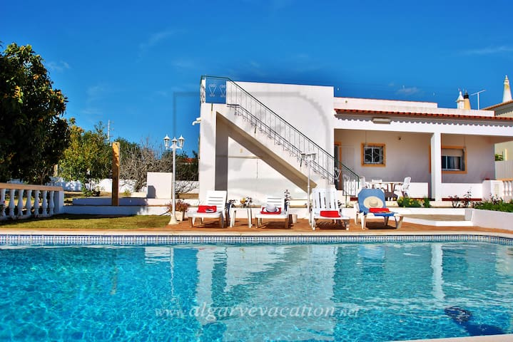 CHARMING 4 BED VILLA WITH PRIVATE POOL, BBQ & WIFI - Ferreiras - Huis