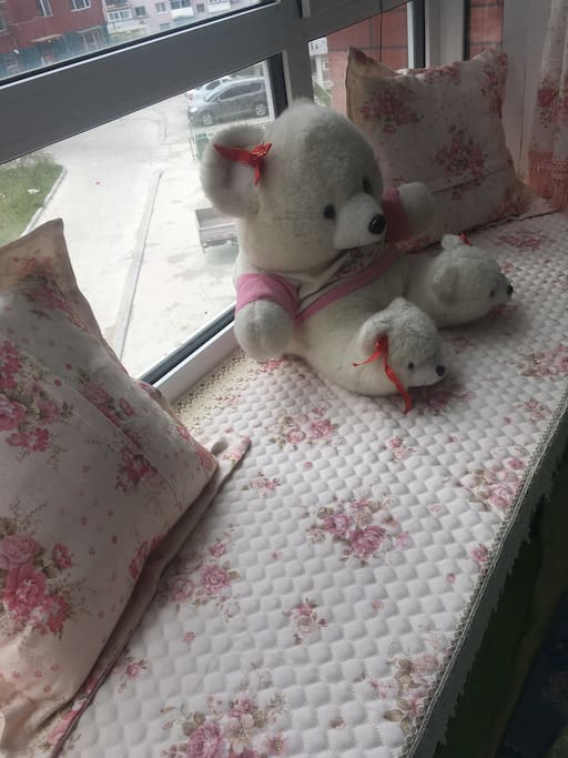 可以在飘窗前依着落枕读书享受悠闲的时光
