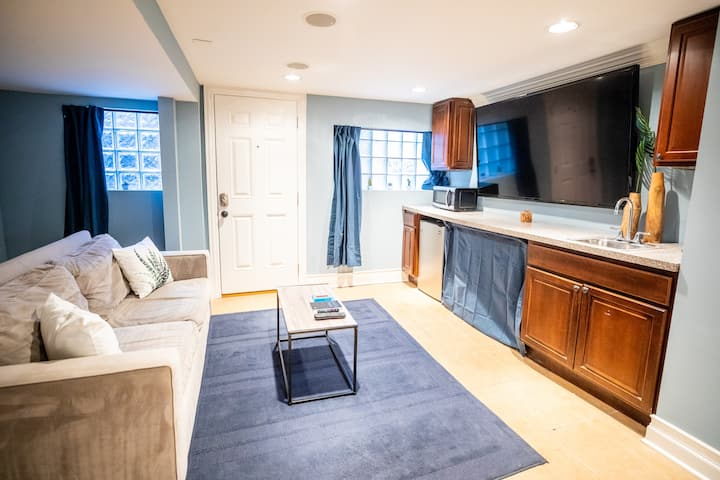 Charming Lakeview Suite Near Public Transportation
