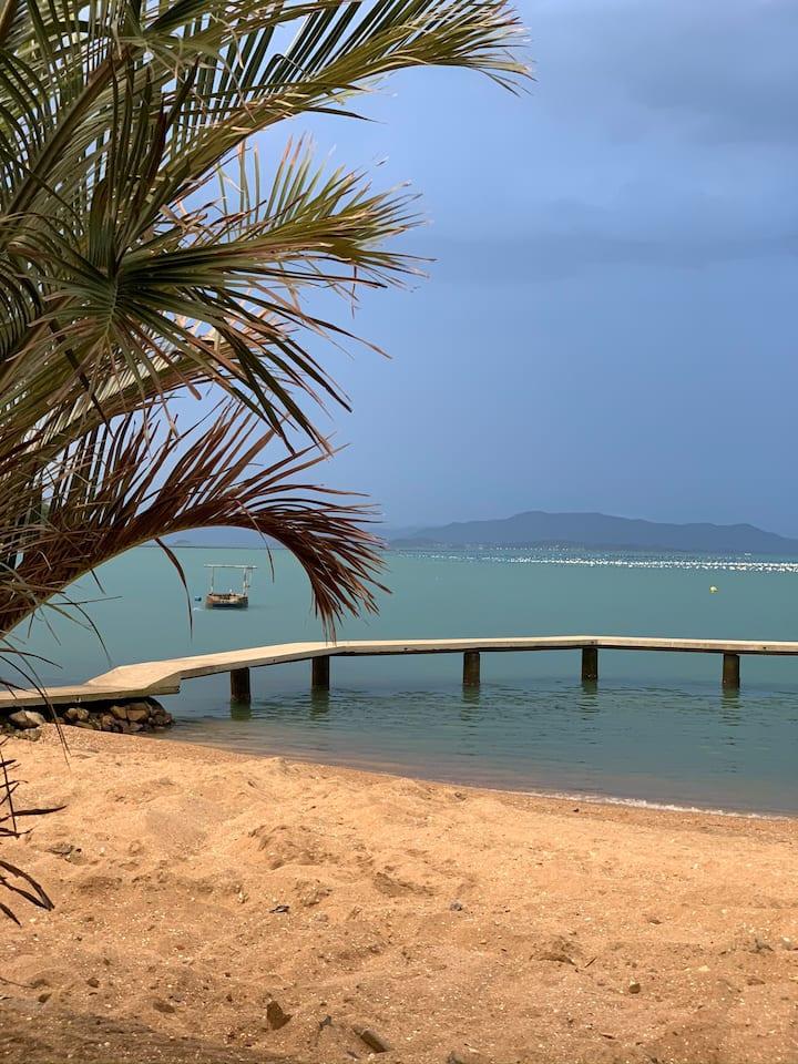 Casa e rancho com os pés na areia/ Praia do Cedro