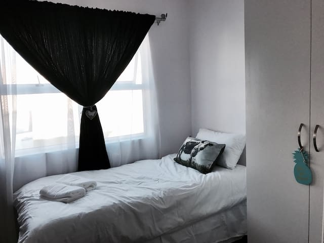 Single Room c/t Airport/City Centre - Cape Town  - Casa