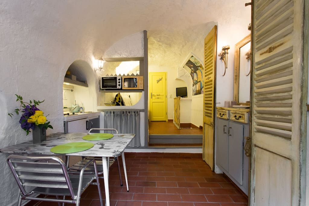 For 2 persons GROUND FLOOR entrance in a pedestrian area , separate entrance to the mythical street of Antibes .