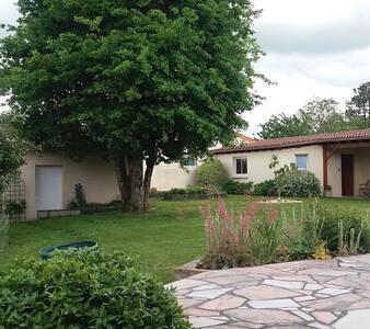 Chambre privée sur jardin près de Clisson