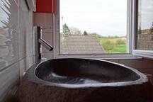 Massives Waschbecken am großen Badezimmerfenster