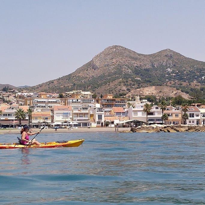 La anfitriona remando en kayak por la playa de Pedregalejo.
