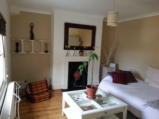 Zen large private room,5 min walk to South Croydon - Croydon - Byt