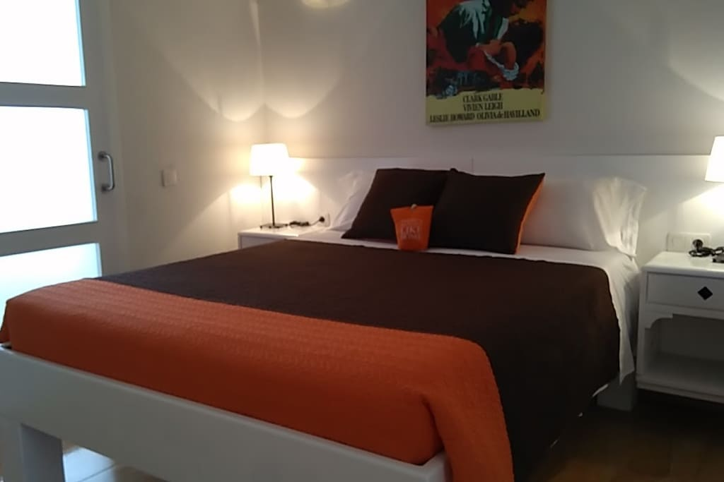 Una cama de matrimonio cómoda y  cuenta con un ropero grande