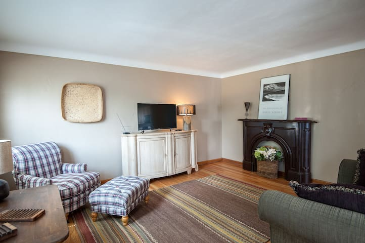 2 full baths - 15 minutes from zoo - spacious home