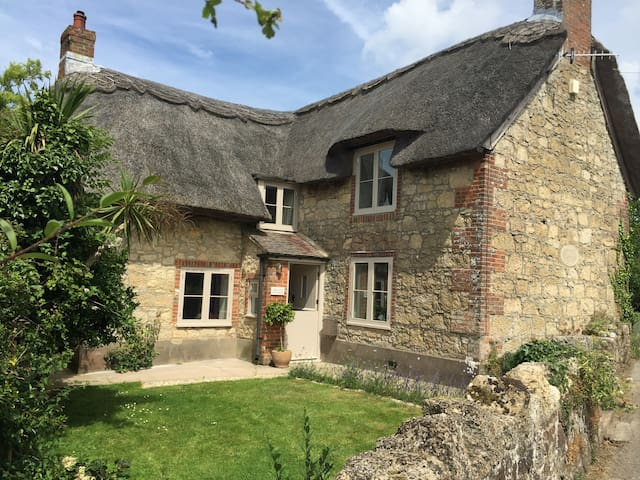 Chocolate Box Thatched Cottage - Calbourne
