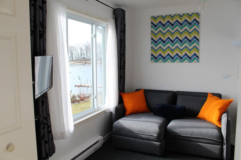 large window for a perfect view of West Lake, the sofa can be a single bed