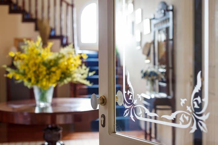 Golden Tiara:Family mansion in a 4,5 acres garden!