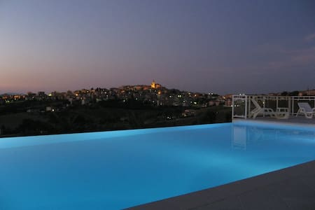 Villa with pool - 3 Apartments - Monte San Giusto - 別荘
