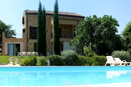 Villa con piscina - 3 Appartamenti