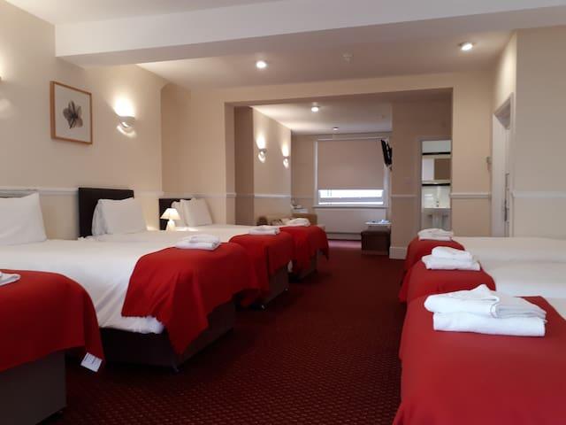 Large bright en-suite room sleeps 7 - Free Wifi