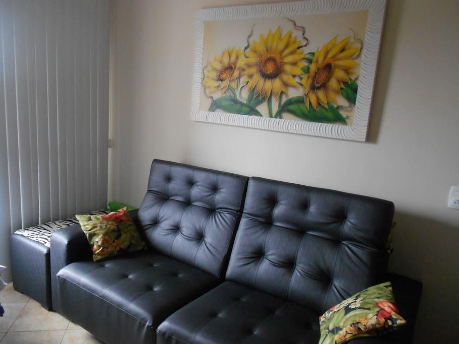 Sofá regulável (tipo sofá-cama) com encosto de cabeça reclinável e ajuste (aumento) do assento
