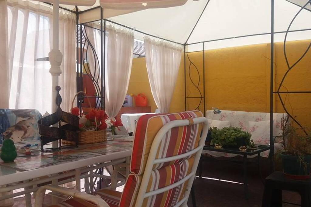 Amplias terraza y comedor de verano con quincho para asados, sector fumadores.