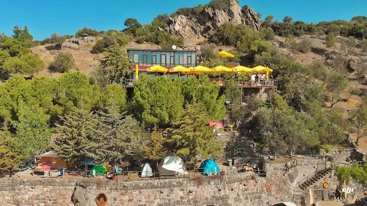 Kadırga Koyu'nda deniz manzaralı kamp alanı