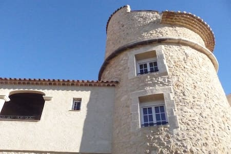 Atypical room in an old tower - Artignosc-sur-Verdon - Bed & Breakfast
