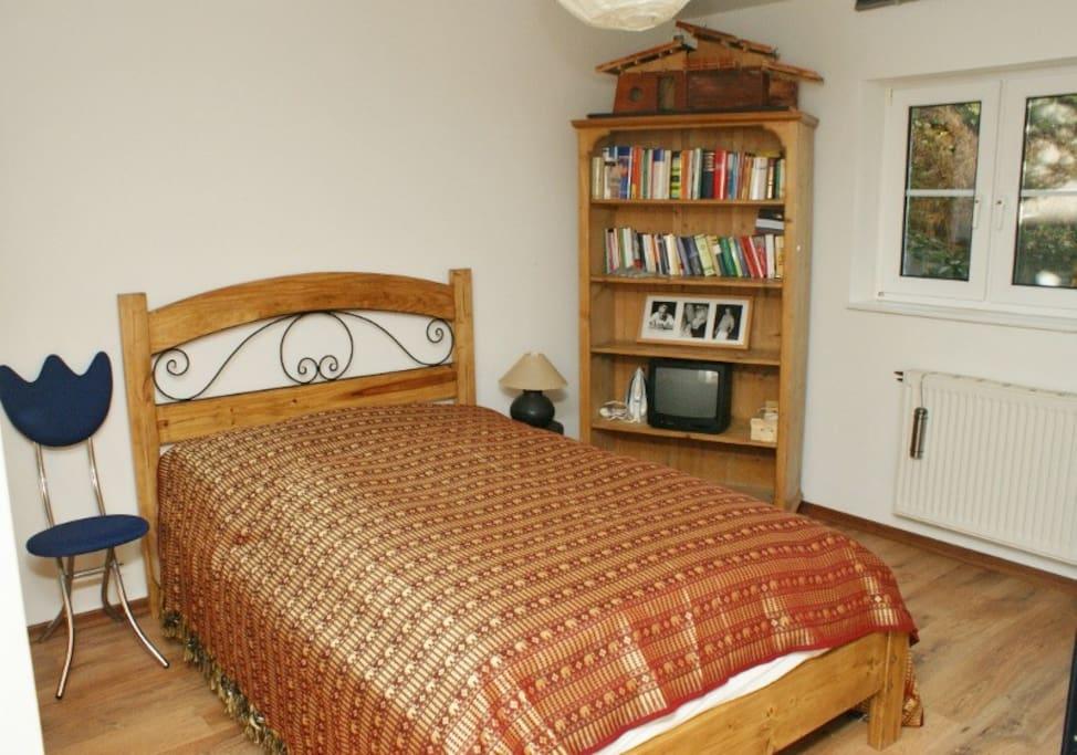 Schlafzimmer - hier steht auch ein Kinderreisebett zur Verfügung.