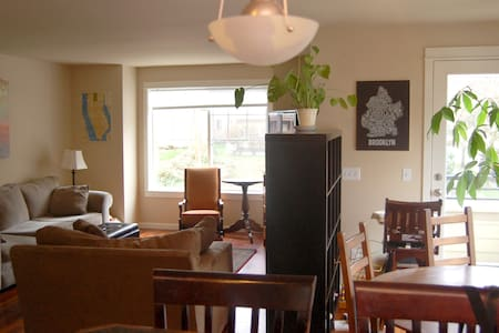 Private room & bathroom two blocks from grocery stores, independent shops, and some of the best restaurants in the city. Walk to the beach, take the bus downtown, or hop on the bike trail. Perfect for your business or pleasure trip!