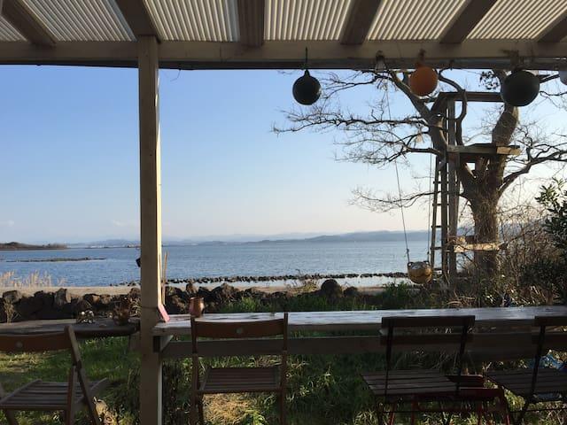大根島の海辺のとても素敵な眺めのゲストハウス。カフェの二階1日1組限定 - 松江市八束町