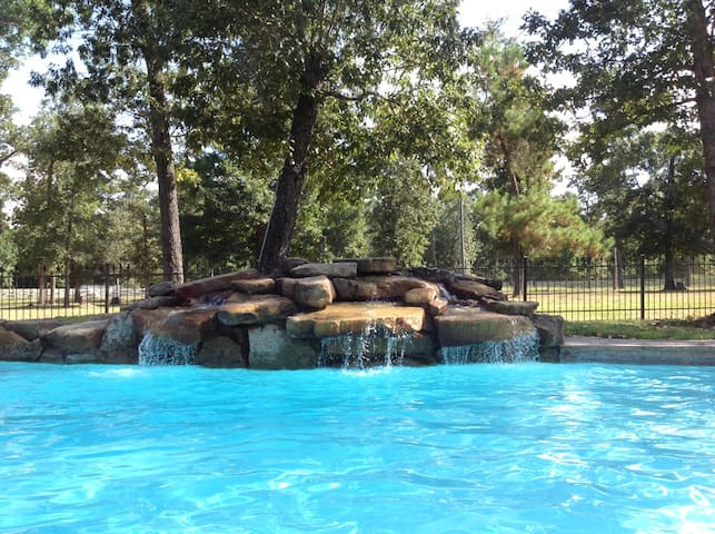 Beautiful home with pool, creek on 10 wooded acres - Montgomery - Casa