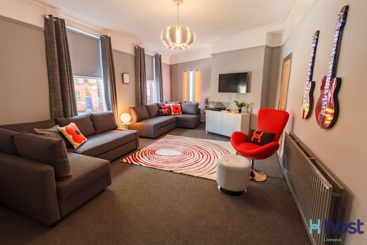 It was a great place to have as a base for our hen weekend in Liverpool. I loved the communal living area. Beds were really comfy. 15 min taxi from the city centre. - Chloe