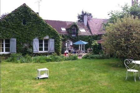 MAISON FAMILIALE AVEC GRAND JARDIN - Auffargis - Huis