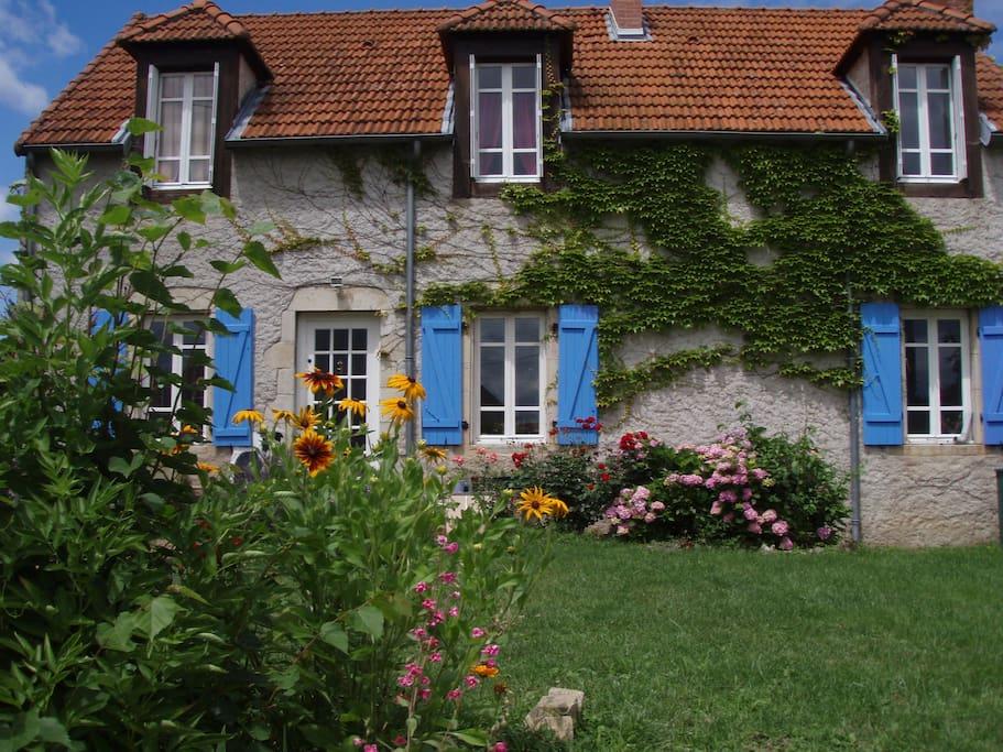 maison de campagne à la décoration mêlant agréablement l'ancien et le moderne. Tout confort, grand jardin (verger) et confitures maison au petit déjeuner