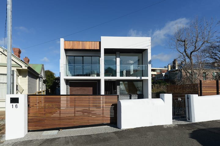 Modern Sandy Bay Apartment In Prime Location