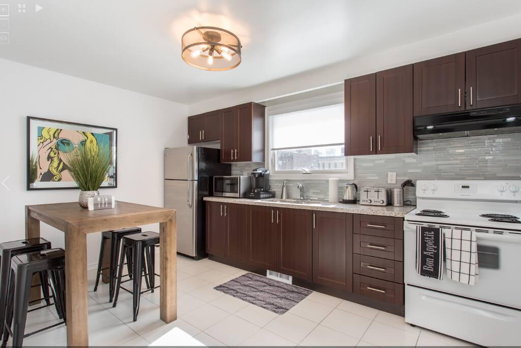 Kitchen (stove, fridge, microwave, toaster, kettle)